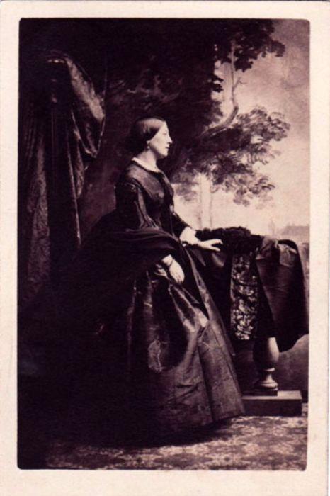 Жена Роберта Беркли в красивом интерьере портретной студии французского фотографа Камиля Силви.