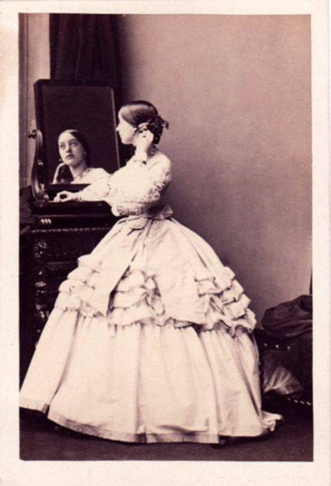 Из-за английской красавицы-аристократки разразился нешуточный скандал, когда она разорвала помолку с другом принца Уэльского Генри Чаплином и тайно обвенчалась с маркизом Гастингсом.