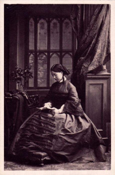 Жена банкира Чарльза Барнетта в портретном фотоателье Камиля Силви, который специализировался на снимках в формате «cartes-de-visite».