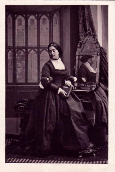 Дочь известного англо-испанского ученого и антиквара Паскуала де Гайангоса в журнале французского фотографа, где документировались данные о клиентах, значится как «мадам Риано».