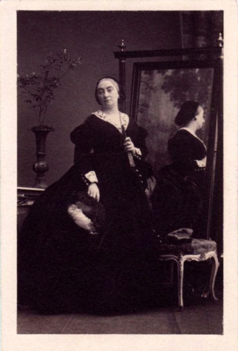 Вдовствующая графиня Вальдэгрейв трижды выходила замуж и была видной фигурой в обществе, став самой известной «политической хозяйкой» середины 19-го века.