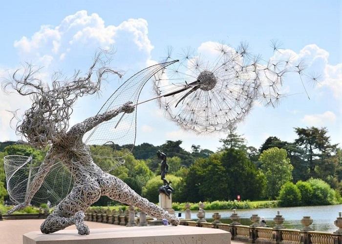 Изящная и динамичная скульптура, сделанная из многочисленных мотков проволоки.