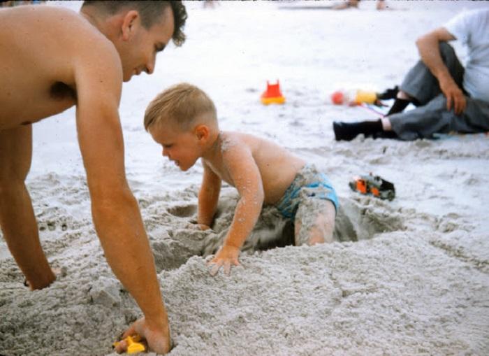 Ребенок будет гордится тем, что песочный замок с башенками ему помог построить папа.