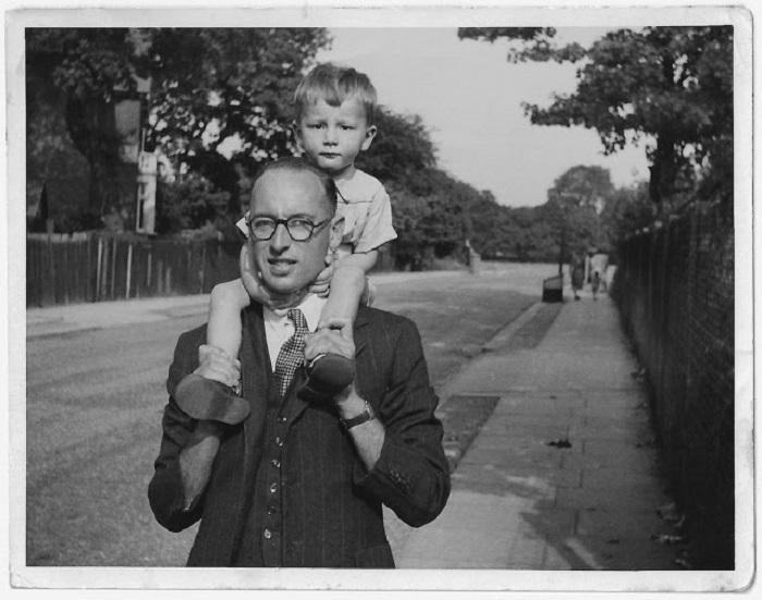 Дети любят кататься у пап на шее и надолго запоминают такие прогулки.
