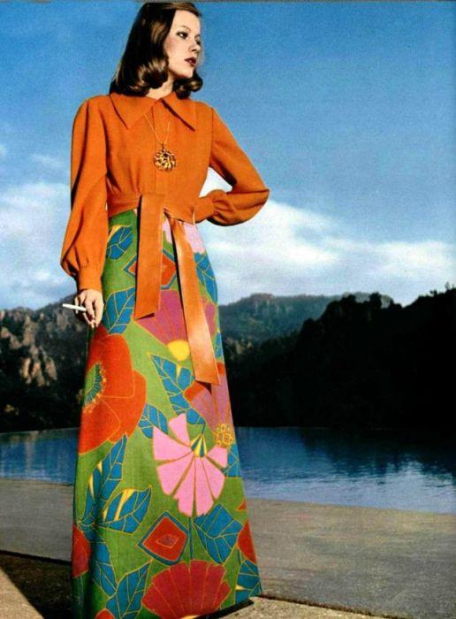 Фасон платья женщины сочетается с яркой расцветкой сочного тона.