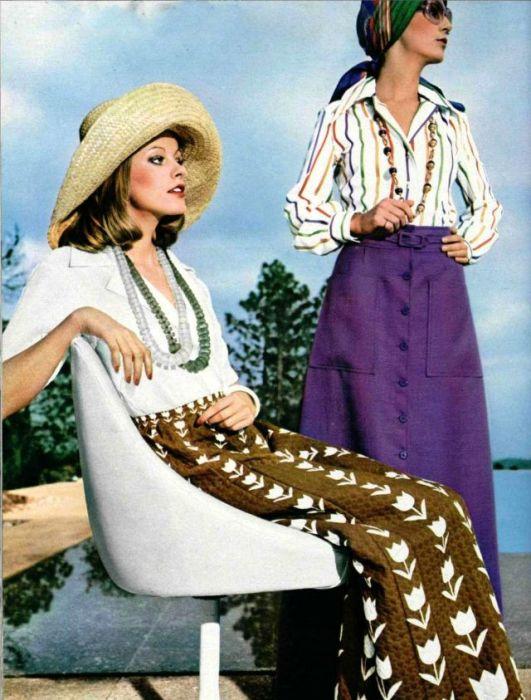 К любому наряду девушки подбирали шляпу или повязывали платок на голову.
