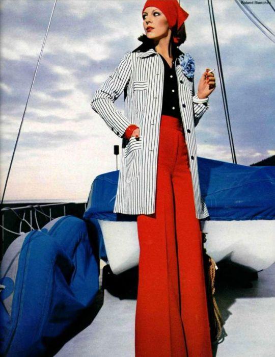 Элегантный ансамбль, состоящий из блузки, красных брюк-клеш и пиджака в полоску.