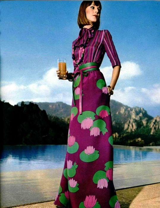 Ультрамодное платье с ярким набивным рисунком.