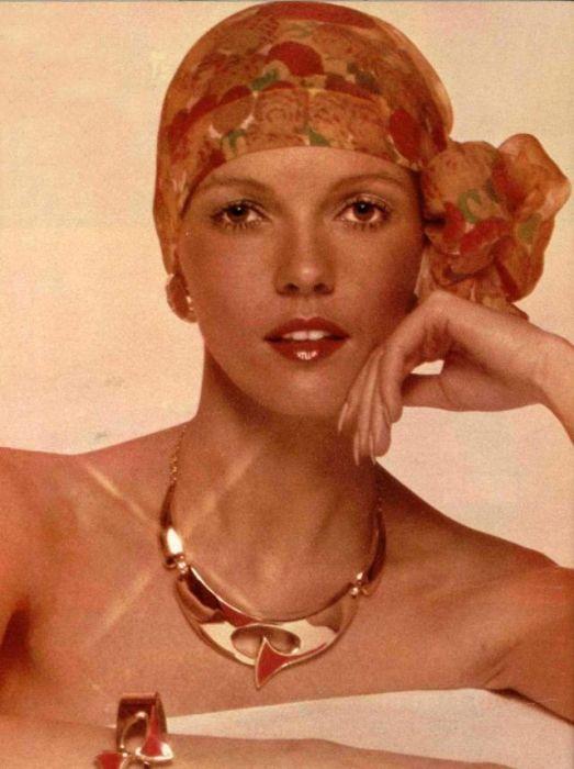 В макияже присутствовали натуральные оттенки румян, теней и прозрачный блеск для губ.