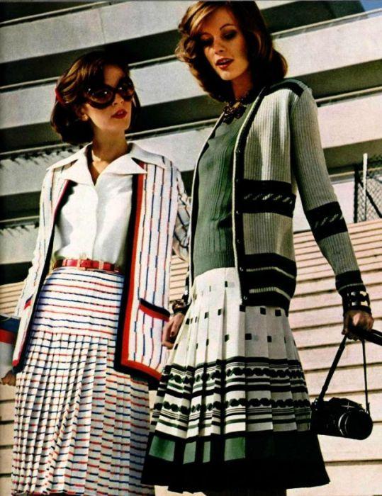 Модная юбка клеш подчеркивает линию талии и делает ее визуально тоньше.