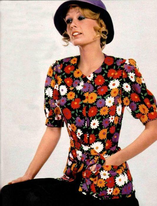 Блузка с рукавами фонариками добавляет легкости в женский образ.