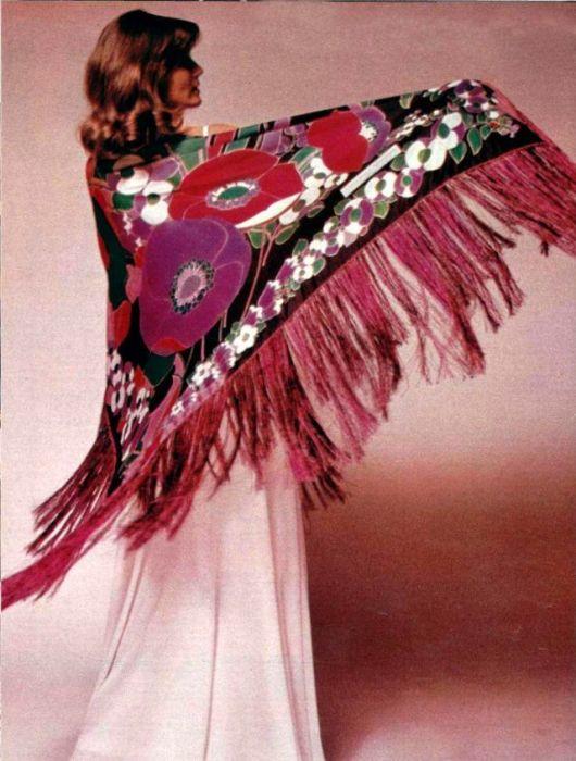 Платок из тонкой шерсти, украшенный шелковой бахромой в тон.
