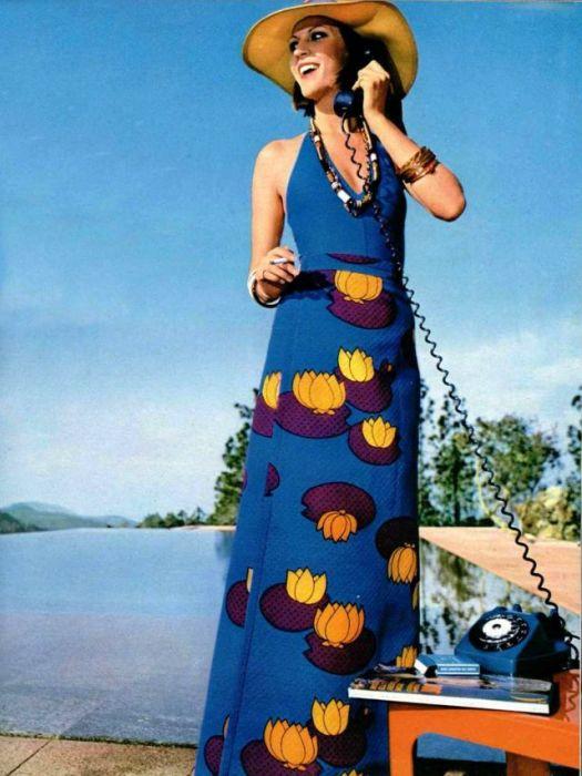 Летний образ девушки дополнен элегантной широкополой шляпкой.
