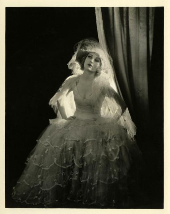 Кэрол Ломбард в сценическом образе.
