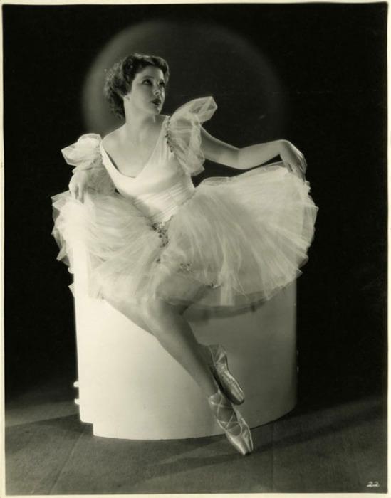 Воздушное шёлковое платья напоминают сценический костюм классических балетных постановок.
