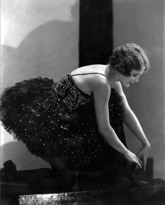 Мэри Итон -  американская театральная актриса, певица и танцовщица в оригинальном блестящем платье.