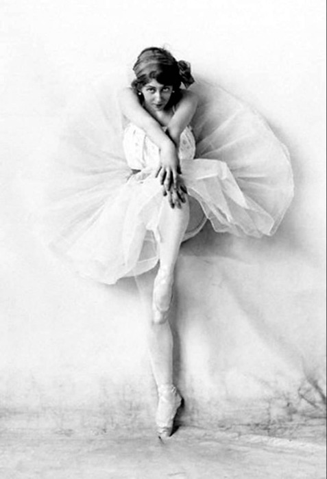 Совершенствуя природную гибкость балерины тренируются по 10 часов в день.
