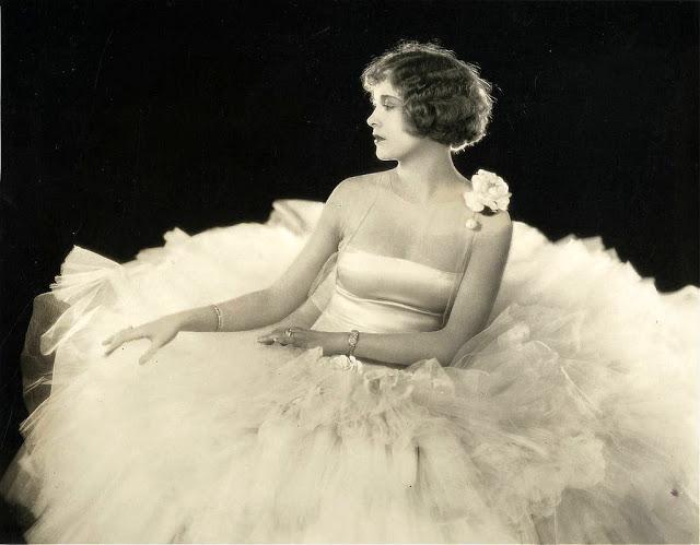 Эстер Ралстон с двухлетнего возраста играла в «семейном водевиле», а с 13 лет начала сниматься в кино.