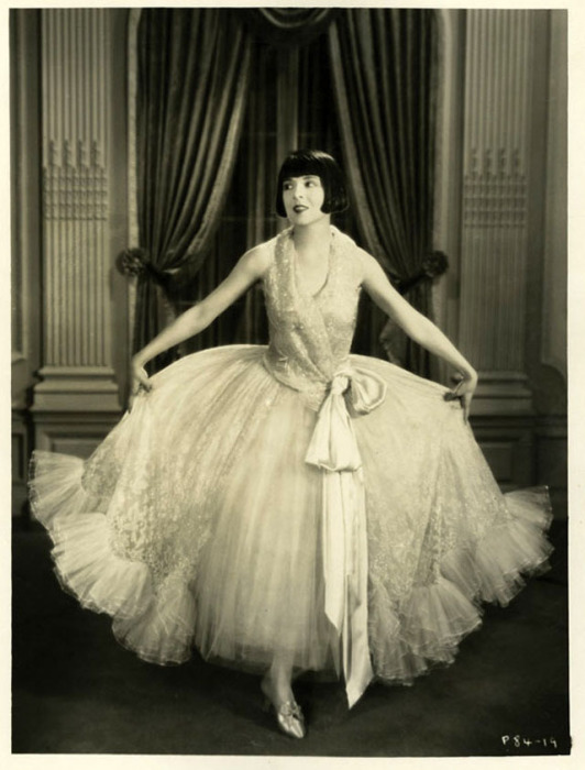 Дама в шифоновом платье, которое придает ей женственность и красоту.