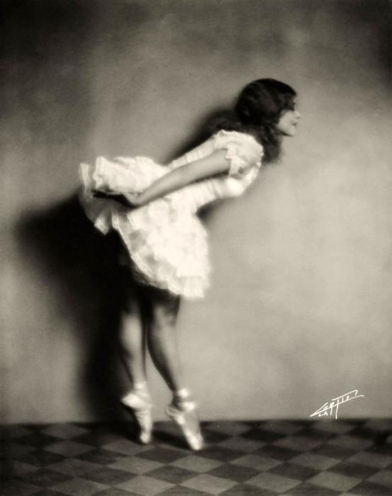 Мэри Пикфорд в балетках и юбке-пачке репетирует в балетном классе.
