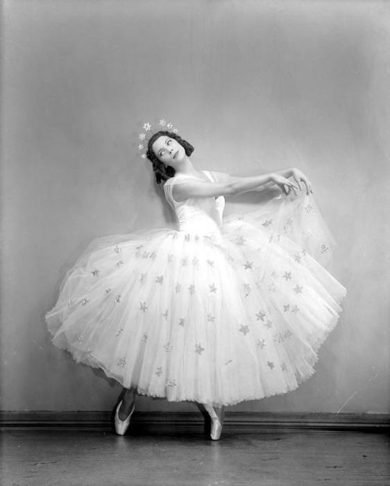 Великолепное длинное платье, усеянное блестящими звездами.