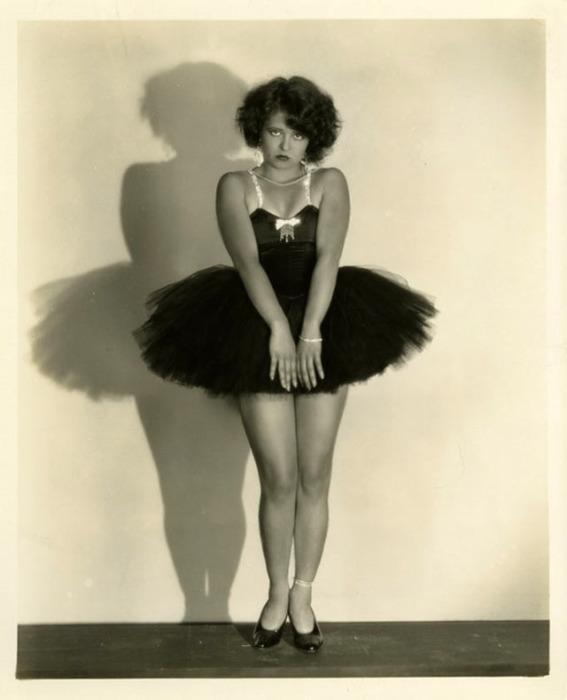 Икона стиля 1920 годов - пышногрудая Клара Боу в юбке-пачке.