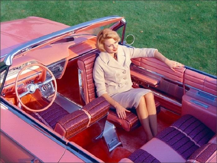 Переделанный Бьюик Электра-225, окрашенный в специальный розовый цвет с вращающимся на 180 градусом передним пассажирским сидением.