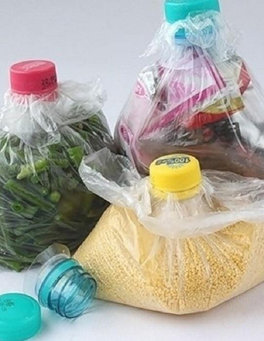 Обрезанные горлышки пластиковых бутылок с крышками можно приспособить, чтобы закрывать пакеты с сыпучими продуктами.
