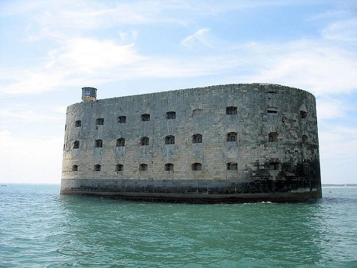 Каменный форт, расположенный у атлантического побережья Франции.