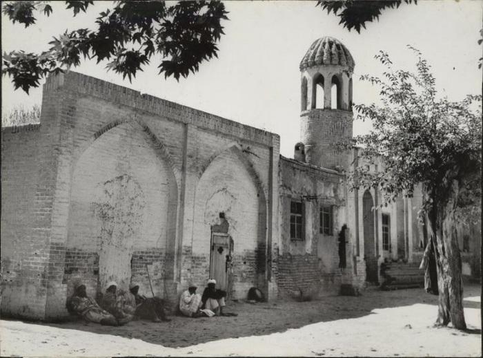 Полуразрушенное здание мечети, в тени которого жители поселения спасаются от жаркого солнца.