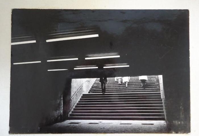 Подземный пешеходный переход со скудным освещением.