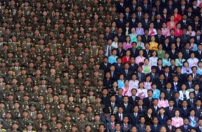 Северокорейские военные и гражданские люди на стадионе имени Ким Ир Сена.