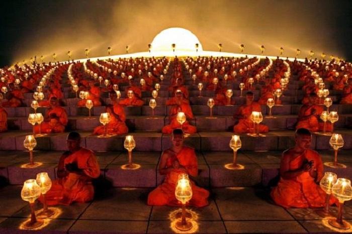 Буддийские монахи совершают обряд перед каждым запуском бумажных фонариков в провинции Супханбури, Таиланд.