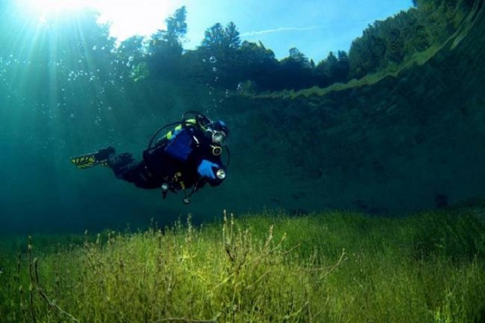 Небольшое горное озеро Самеранджер, вода в котором очень прозрачная, Тироль, Австрия.