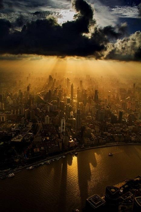 Вид на Шанхай из кабины крановщика, Китай.