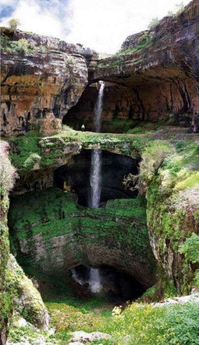 Серебристый водный поток низвергается вниз в высоты около 250 метров.