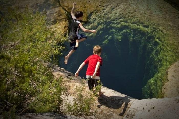 Высота возвышенности всего несколько метров, и прыгают туристы в воду, в которой находится небольшая яма своеобразной формы.