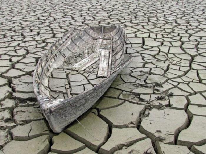 Старая разломанная лодка на дне высохшего канала, Чехия.