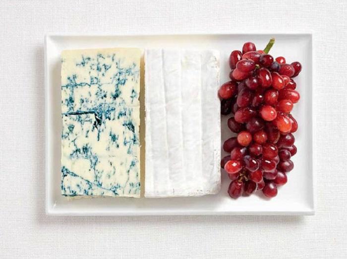 Голубой сыр, сыр бри, виноград.