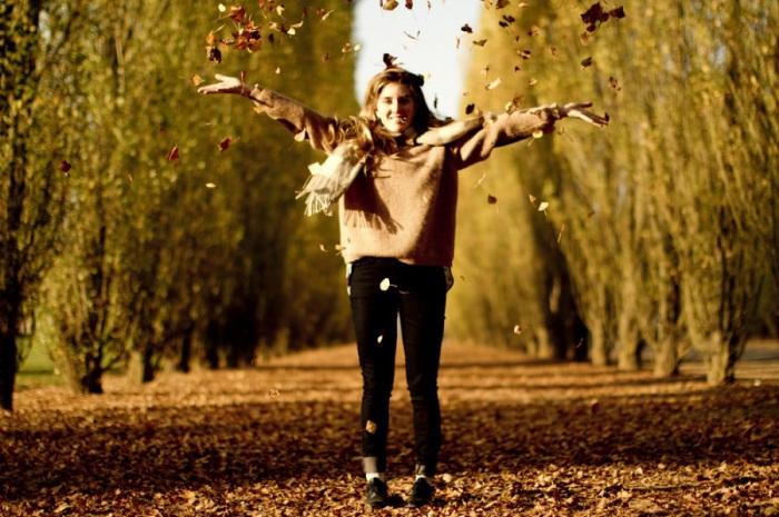 Разноцветные деревья, дорожки и лестницы, усыпанные опавшими листьями, влажный асфальт, холодные лавочки, сумеречные лучи солнца создают атмосферу комфорта и лёгкой грусти.
