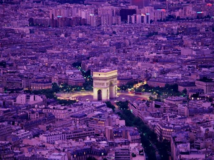 Монумент в 8-м округе Парижа в предрассветный час.