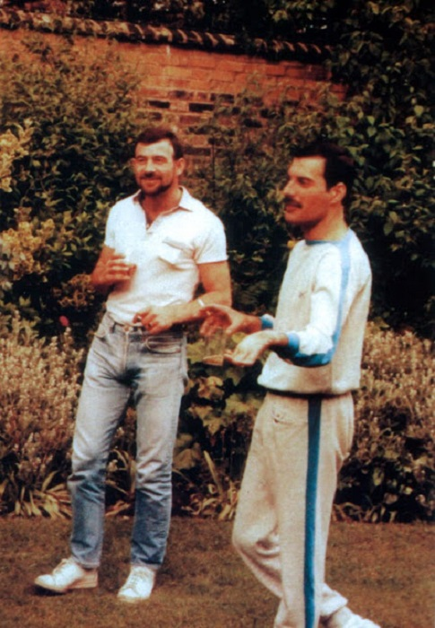 Британский музыкант прожил со своим бойфрендом Джимом Хаттоном более 6-ти лет.