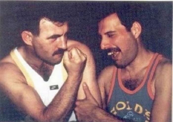 Легендарному Фредди Меркьюри пришлось всю жизнь скрывать свои чувства к бойфренду Джиму Хаттону.