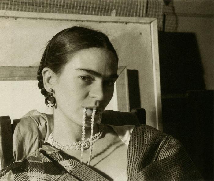 Фрида Кало закусила своё колье, 1933 год.