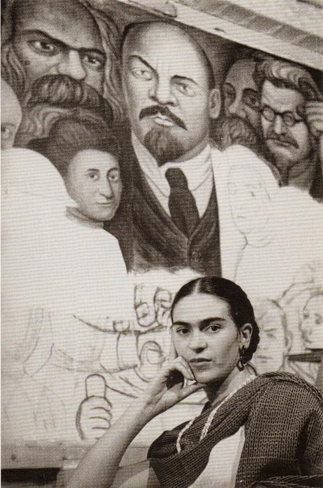 Художница перед незаконченной фреской Диего Риверы, 1933 год.