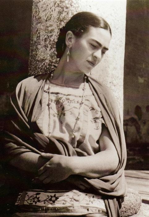 Цветочные принты, вышивки и орнаменты искусно переплетаются в каждом наряде мексиканской художницы.