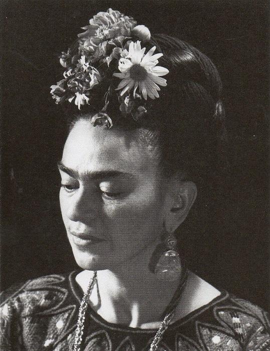 Один из самых узнаваемых отличий образа Фриды Кало, были замысловатые прически.