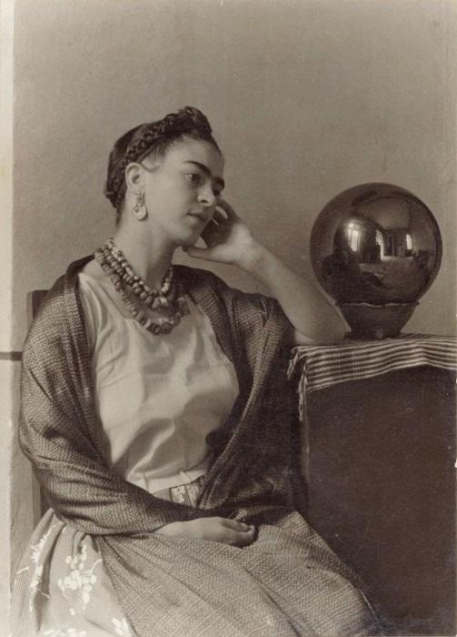 Фрида в мастерской знаменитого мексиканского фотографа Мануэля Альвареса Браво, 1932 год.