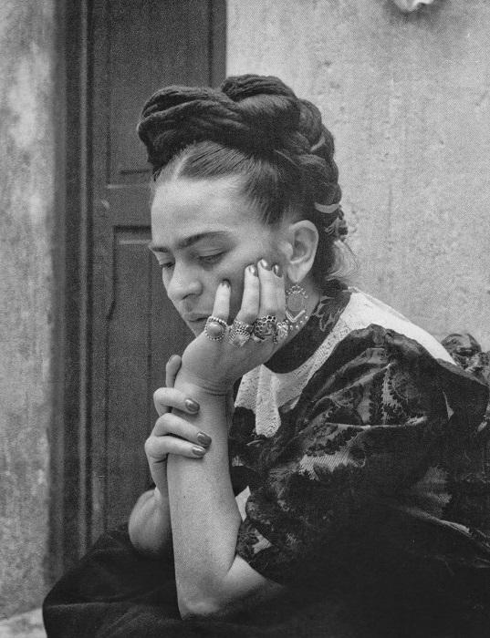 Чем хуже себя чувствовала Фрида, тем больше украшений одевала, компенсируя физическую боль яркостью аксессуаров.