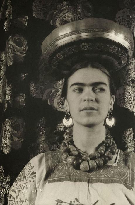 Мексиканская художница была неравнодушна к крупным этническим украшениям.
